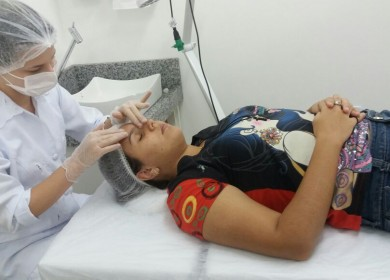 Página 04_Saúde_Atendimentos_Legenda_acadêmicas atendem ao público realizando procedimentos capilares, corporais e faciais